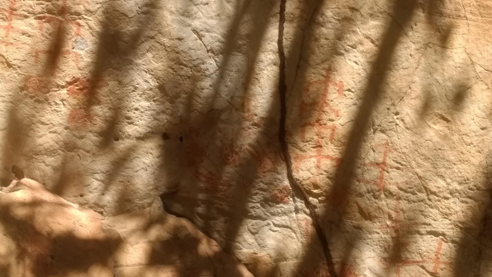 Figura 14 – Pinturas rupestres encontradas ao longo dos arenitos no Parque Nacional de Sete Cidades, em Piripiri (PI). Fonte: Arquivo pessoal.
