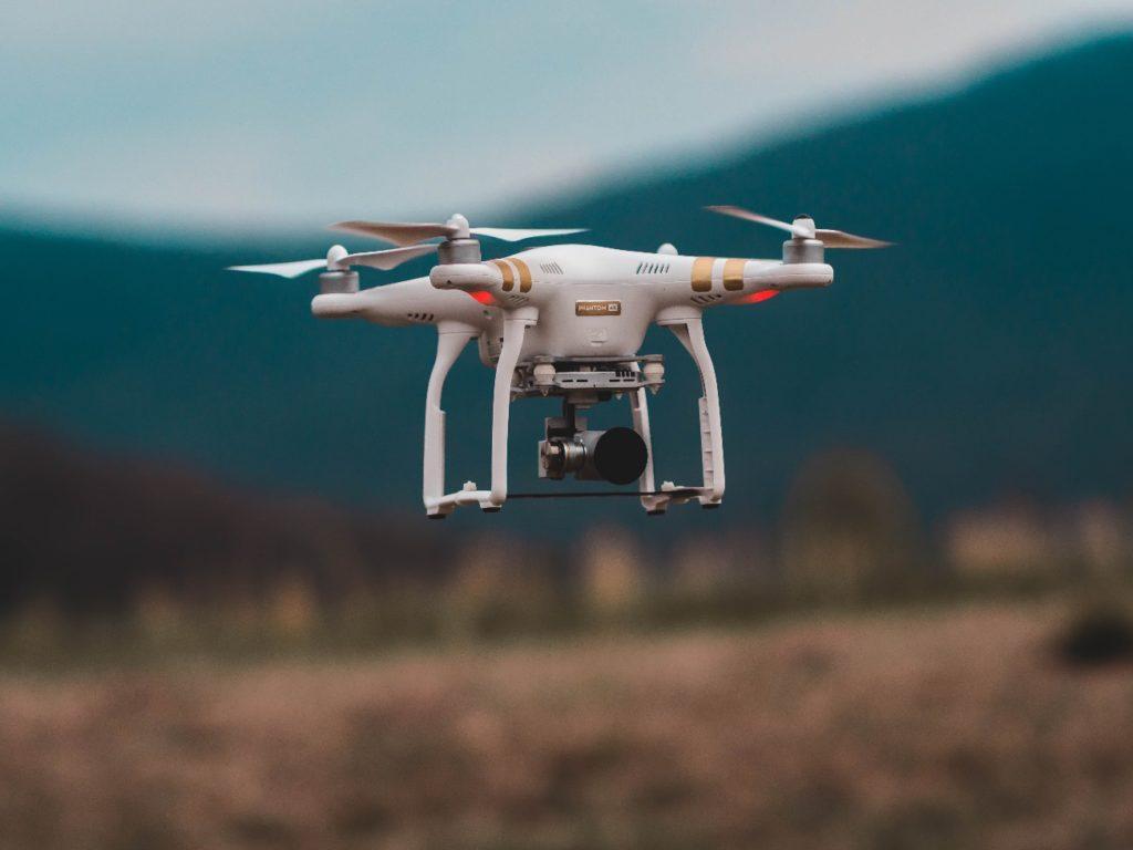 Drone em atividade no campo